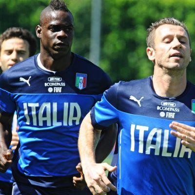 Mario Balotelli (kesk.) ja Antonio Cassano (oik.) juoksevat Italian harjoituksissa.
