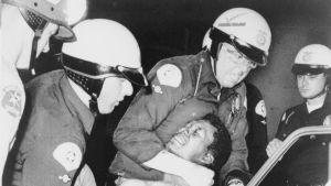 Polisen arresterar en man, troligen 12 augusti 1965