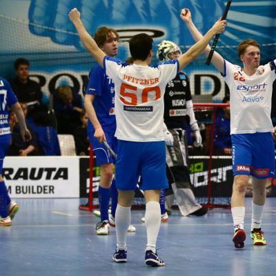 Espoon Oilersin Casper Pfitzner ja Perttu Pajukoski juhlivat maalia.