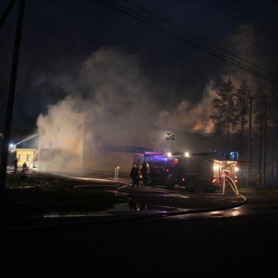 Palomiehet sammuttivat konehallia Vilppulassa hiukan ennen kello yhtä tiistain vastaisena yönä.