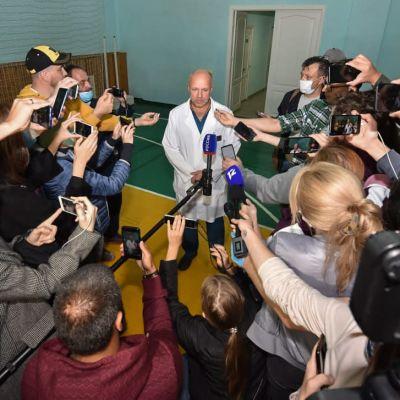 Aleksej Navalnyj ligger i koma på ett sjukhus i Omsk där läkaren Anatoly Kalinitjenko hävdar att det ännu är för farligt att transportera honom till ett sjukhus utomlands.