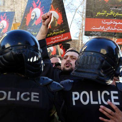 Mielenosoittajat kantoivat Saudi-Arabian teloittaman uskonoppineen Nimr al-Nimrin kuvia Teheranissa sunnuntaina.