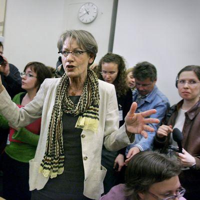 Gudrun Schyman esitteli medialle uutta Feministinen aloite -puoluetta Tukholmassa vuonna 2005.
