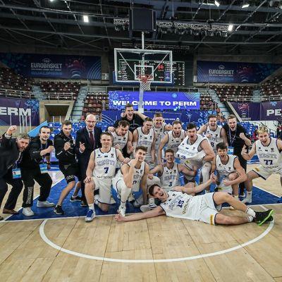 Jukka Toijala ja Viron koripallomaajoukkue juhlvat EM-kisapaikkaa