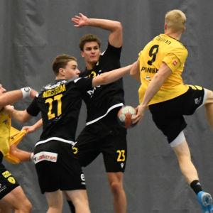 Handbollsspelare i farten under en match mellan ÅIFK och HC Tallinn.
