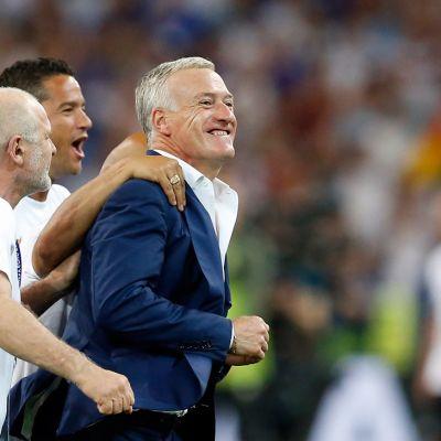 Ranskan päävalmentaja Didier Deschamps juhlii voittoa.