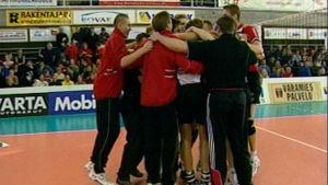 Isku-Volleyn joukkue juhlii mestaruutta 2002.