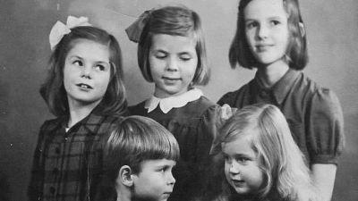 Ett svartvitt familjporträtt på Stina och andra barn.
