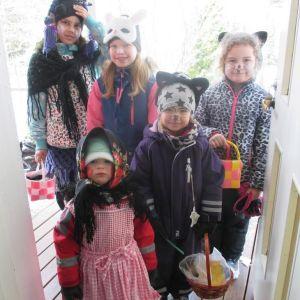 Birgitta Nylundhs barnbarn med kompisar i Oravais