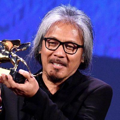 Filippiiniläisohjaaja Lav Diaz vastaanotti Kultaisen leijonan palkinnon parhaasta elokuvasta Venetsian elokuvajuhlilla 2016. Kuvassa ohjaaja pitelee leijonapalkintoa kädessään.