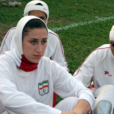 Iranin naisjalkapallomaajoukkueen Katayoun Khosrowyar ja joukkuetovereita.