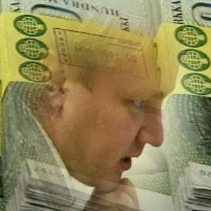 Kuvassa keskellä miehen kasvot ja ympärillä sadan markan seteleitä.