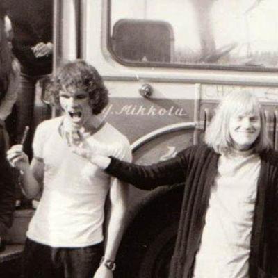 Ernos keikkabussin edessä: Yogi Laakso, fani, Ilari Hannula, Erno Lindahl (1970).