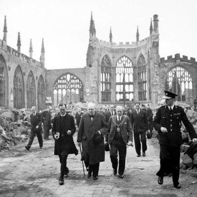 Winston Churchill tutustuu pommituksissa tuhoutuneeseen Coventryn katedraaliin vuonna 1941