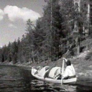 Kala-Eemeli eli Elias Reinhold Mäkelä soutaa.