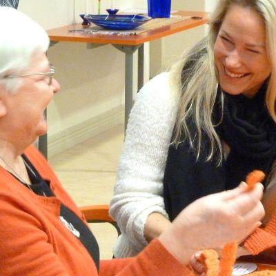Kirsti Eneberg ja Sari Somppi ihastelevat puihin tulevan neulegraffitin palasia