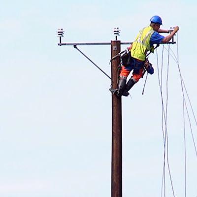 Sähkölinjan korjausta Asta-myrskyn jäljiltä.