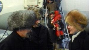 Sammeli Morottaja saapuu lentokoneella Helsinkiin 1976