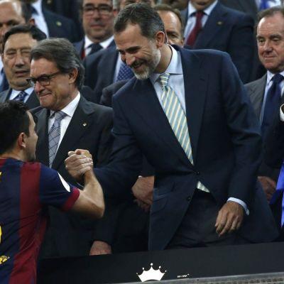 Espanjan kuningas Felipe VI onnittelee Barcelonan kapteenia Xavia Espanjan cupin voitosta.