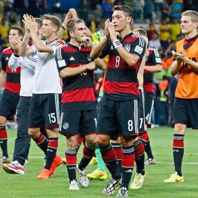 Saksan joukkue kiittää kannattajiaan välierävoiton jälkeen.