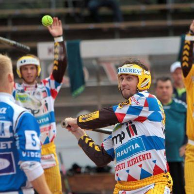 Hyvinkään Tahkon Timo Rantatorikka lyö palloa.