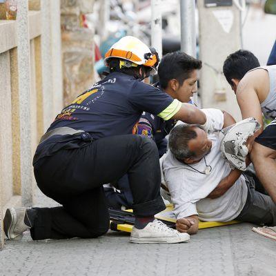 Sairaanhoitajat antoivat ensiapua pommi-iskussa loukkaantuneelle miehelle Hua Hinissä 12. elokuuta.