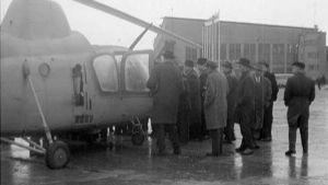 Ihmisiä kokoontuneena Mi-1–helikopterin ympärille Malmin lentoasemalla 1960-luvulla