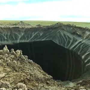 Metaanipurkauksen aiheuttama kraatteri Pohjois-Siperiassa.