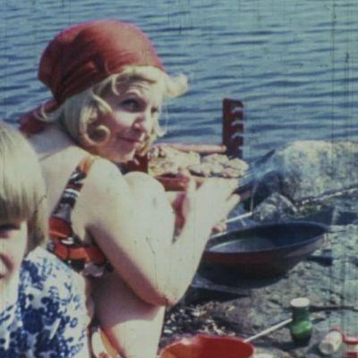 äiti ja poika grillaavat rannalla