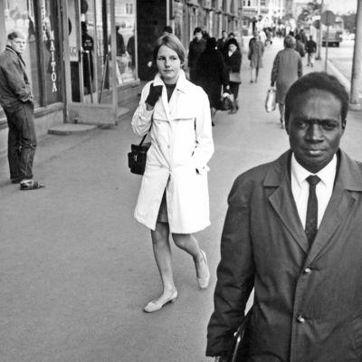Joseph Owindi kävelee kadulla Suomessa