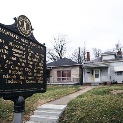 Muistolaatta Muhammad Alin kotitalon edustalla.