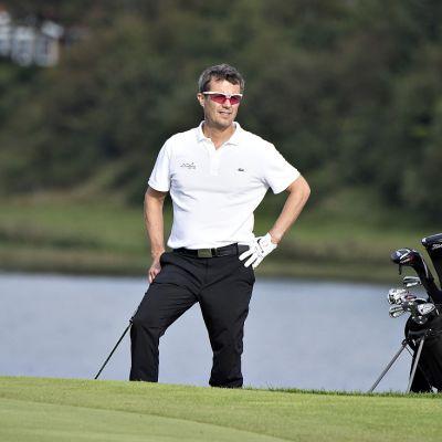 Tanskan kruununprinssi Frederik pelaamassa golfia.