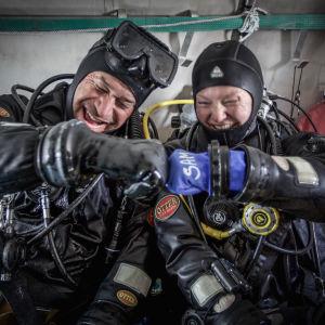 Två dykare i Antarktis.