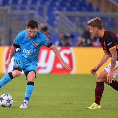 Lionel Messi (vas.) ja Lucas Digne.
