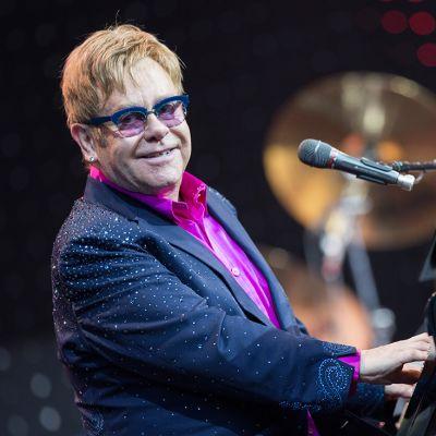 Elton John esiintymässä