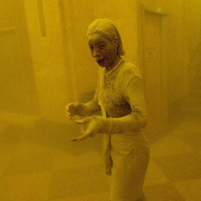 MarcyBorders pölyn peittämä ihmishahmo on yksi tunnetuimmista valokuvista World Trade Centerin tuhoista.