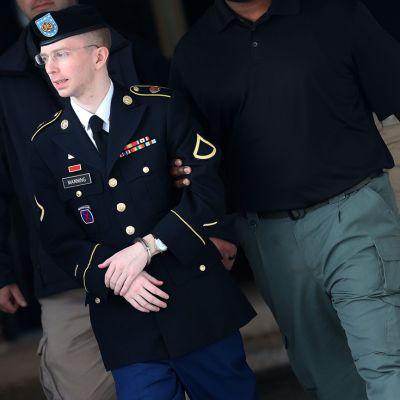 Bradley Manning vartioituna käsiraudat käsissään.