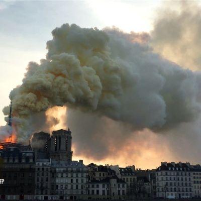 En massiv rökpelare steg fortfarande upp från den brinnande katedralen Notre Dame tidigt på tisdagen