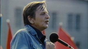 Olof Palme puhumassa yleisölle
