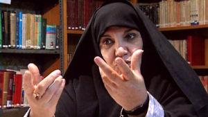 Päätoimittaja Azam Taleqani dokumentissa Ulkolinja: Iran huivin alta (1999)