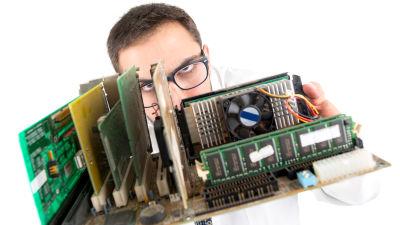 En man håller upp datakomponenter.