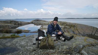 Juha Laaksonen tauolla kalliolla.