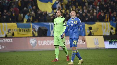 Ukrainas spelare lämnar planen besvikna.