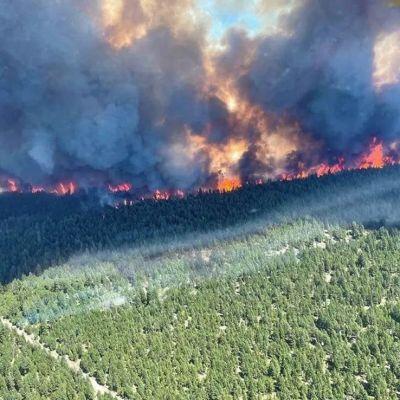 Bilden som togs på onsdagen visar en av de pågående skogsbränderna i British Columbia.