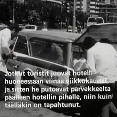 Sairaanhoitajat kantavat miestä autoon Espanjassa