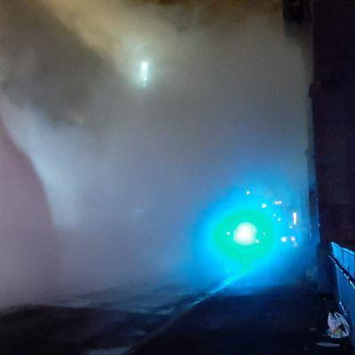Ett moln av vatten sprutar ut ur ett sprucket rör på Skatudden i Helsingfors på juldagen 2019.