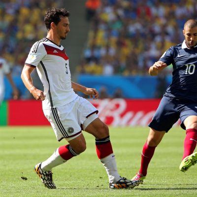 Saksan Mats Hummels (vas.) ja Ranskan Karim Benzema (oik.) tavoittelevat palloa.