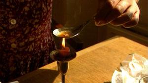 Nainen kuumentaa heroiinia ohjelmassa Heroin Express