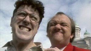 Koomikot Smith ja Jones Helsingissä mainoselokuvassa Aikuisten Suomi (1987).