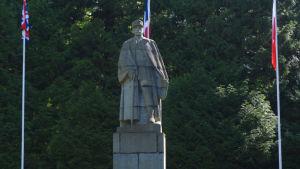 Ranskan Marsalkka Ferdinand Foch ikuistettuna Compiègnen aselepoaukiolle 1937. Kuvanveistäjä Firmin Michelet.